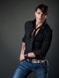 Giovane maschio maschile con i contrassegni dell'orlo sulla sua guancica Fotografie Stock