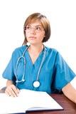 Giovane medico al suo scrittorio Fotografie Stock
