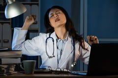 Giovane medico che ha cattivi diagnosi ed allungamento Fotografia Stock