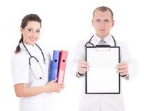Giovane medico che mostra cartella con lo spazio della copia per testo e la femmina Fotografia Stock