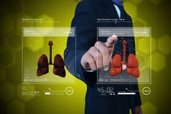 Giovane medico che mostra i polmoni Fotografie Stock