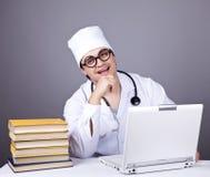 Giovane medico con i libri ed il calcolatore. Fotografia Stock