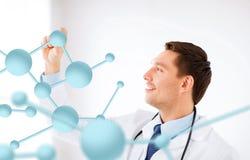 Giovane medico con le molecole Fotografie Stock