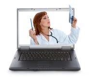 Giovane medico con lo stetoscopio immagini stock