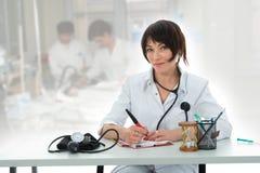 Giovane medico con lo stetoscopio Fotografia Stock Libera da Diritti
