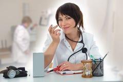 Giovane medico con lo stetoscopio Immagine Stock Libera da Diritti