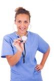Giovane medico con lo stetoscopio isolato su fondo bianco immagine stock