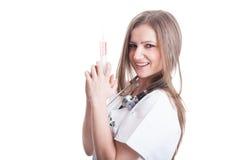 Giovane medico femminile adorabile che tiene una siringa Fotografia Stock Libera da Diritti