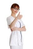Giovane medico femminile che gesturing bene Fotografia Stock Libera da Diritti