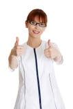 Giovane medico femminile che gesturing bene Immagini Stock Libere da Diritti