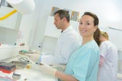 Giovane medico femminile che lavora nel laboratorio Immagine Stock Libera da Diritti
