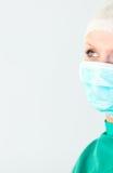 Giovane medico femminile che osserva in su Immagine Stock