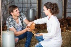 Giovane medico femminile che parla con agricoltore maschio Fotografia Stock Libera da Diritti