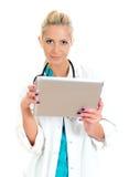 Giovane medico femminile che per mezzo del calcolatore del ridurre in pani. Immagine Stock