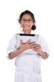 Giovane medico femminile che per mezzo della compressa - isolata sopra un backgro bianco Fotografia Stock Libera da Diritti