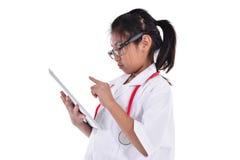 Giovane medico femminile che per mezzo della compressa - isolata sopra un bianco Fotografie Stock Libere da Diritti