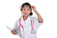 Giovane medico femminile che per mezzo della compressa - isolata sopra un fondo bianco Fotografie Stock