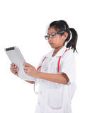 Giovane medico femminile che per mezzo della compressa - isolata sopra un fondo bianco Immagini Stock