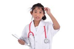Giovane medico femminile che per mezzo della compressa - isolata sopra un fondo bianco Immagine Stock