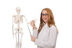 Giovane medico femminile con lo scheletro isolato sopra Fotografie Stock Libere da Diritti