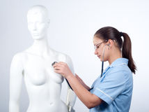 Giovane medico femminile con lo stetoscopio fotografia stock libera da diritti