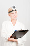 Giovane medico femminile con note in uniforme bianca Immagini Stock Libere da Diritti