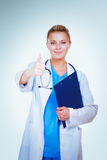 Giovane medico femminile felice che mostra i pollici su Fotografie Stock Libere da Diritti