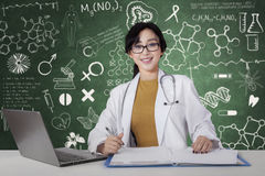 Giovane medico femminile lavora in laboratorio Fotografia Stock