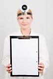 Giovane medico femminile professionista con il dispositivo di piegatura Fotografie Stock