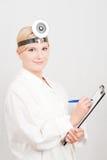 Giovane medico femminile professionista con il dispositivo di piegatura Immagini Stock Libere da Diritti