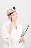 Giovane medico femminile professionista con il dispositivo di piegatura Immagine Stock Libera da Diritti