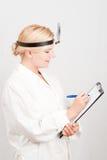 Giovane medico femminile professionista con il taccuino Immagini Stock Libere da Diritti