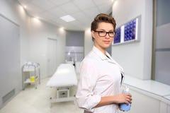 Giovane medico femminile in un centro di assistenza medica immagine stock libera da diritti