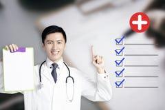 giovane medico maschio che mostra cartella sanitaria fotografia stock