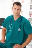 Giovane medico maschio nella stanza di consulto Immagine Stock Libera da Diritti