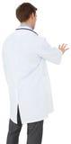Giovane medico nel gesturing del cappotto del laboratorio fotografie stock