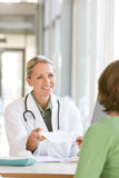 Giovane medico preoccupantesi attraente fotografia stock