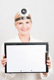 Giovane medico professionista femminile con il dispositivo di piegatura Fotografia Stock
