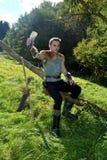 Giovane medievale vestito un uomo, livello del corno bevente delle tenute nella mano, guarda in avanti Immagini Stock