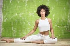 Giovane meditare della ragazza di afro Immagine Stock Libera da Diritti
