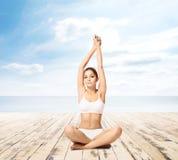 Giovane, meditare sportivo, adatto e bello della ragazza isolato su whi Fotografia Stock
