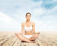Giovane, meditare sportivo, adatto e bello della ragazza isolato su whi Fotografia Stock Libera da Diritti