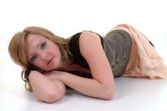 Giovane menzogne femminile sul pavimento fotografie stock