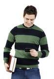 Giovane messaggio di testo della lettura dell'allievo maschio Immagini Stock Libere da Diritti