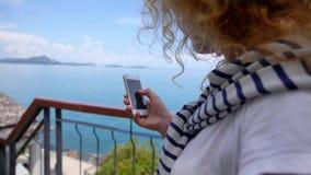 Giovane messaggio femminile di scrittura sul telefono cellulare archivi video