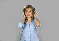 Giovane microfono biondo di canto della donna di Prettty Immagini Stock Libere da Diritti