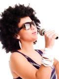 Giovane microfono della holding del cantante sopra bianco Fotografia Stock