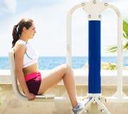 Giovane, misura ed addestramento sportivo della ragazza nella palestra all'aperto Forma fisica, sport e stile di vita sano fotografie stock