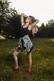 Giovane modello adorabile che indossa indumento casuale e che posa nel parco fotografie stock