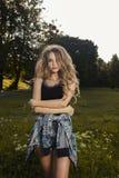 Giovane modello adorabile con capelli fertili lunghi che indossano indumento casuale immagine stock
